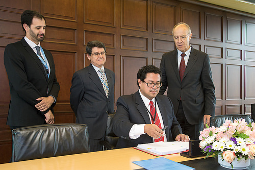 Executive Director of Ecuador's IP office Andrés Ycaza signs the Marrakesh Treaty © WIPO 2014. Photo: Emmanuel Berrod.